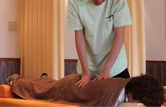 かづる鍼灸整骨院の施術風景